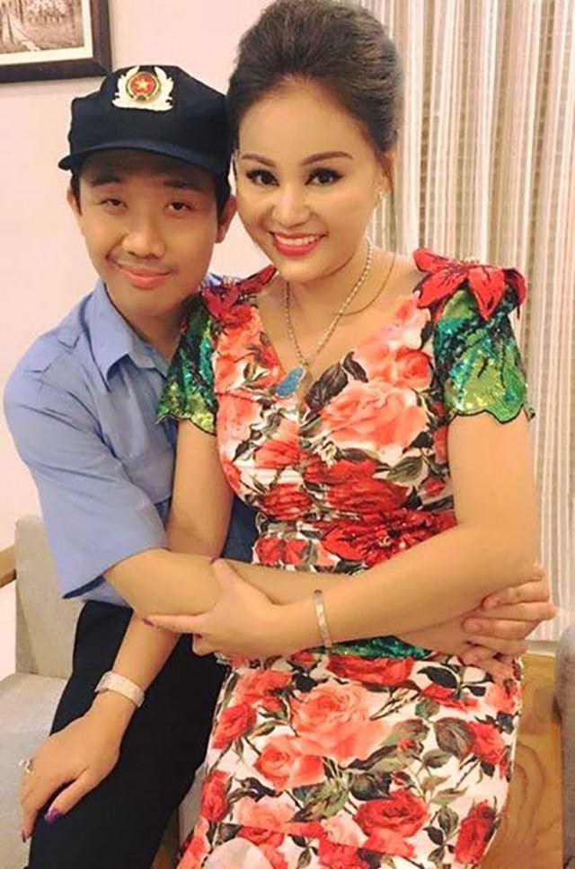 Trấn Thành ôm Lê Giang cực tình cảm trước mặt vợ và biểu cảm khó đỡ của Hari Won 3
