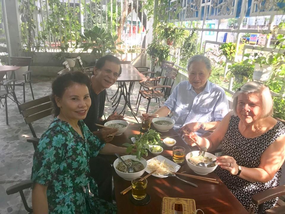 Bố mẹ Kim Lý sang Việt Nam, ghé thăm gia đình Hồ Ngọc Hà 1