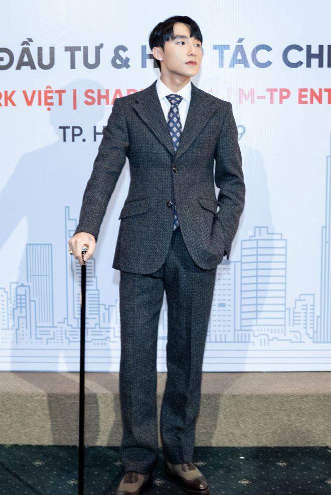 Chủ tịch Sơn Tùng 'dát vàng' đầy người, chống gậy ba toong dự sự kiện 3