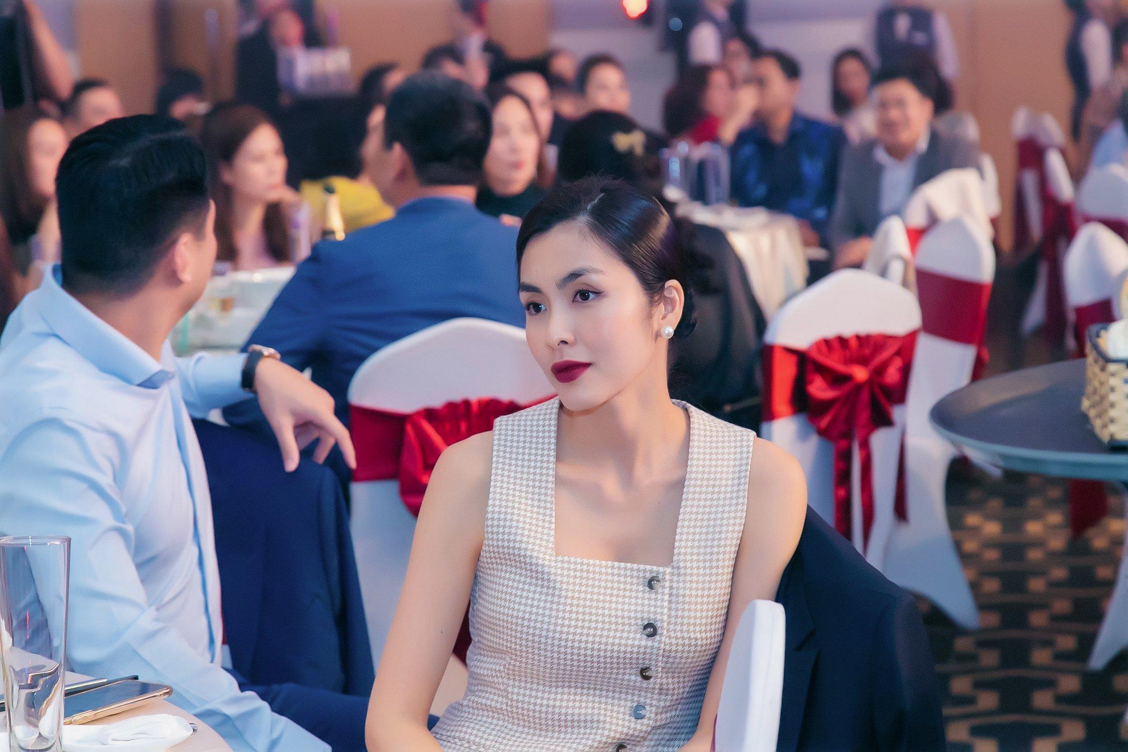 Tin giải trí 16/1: Hà Hồ bị chụp lén ảnh thân mật với Kim Lý, Hương Giang lộ bụng bầu 2