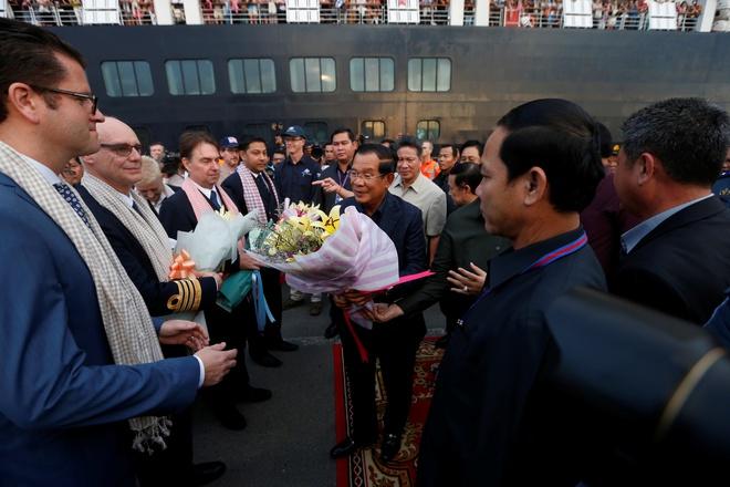 Thủ tướng Campuchia ra tận nơi chào đón du thuyền 2000 người bị 5 nước 'hắt hủi' 1