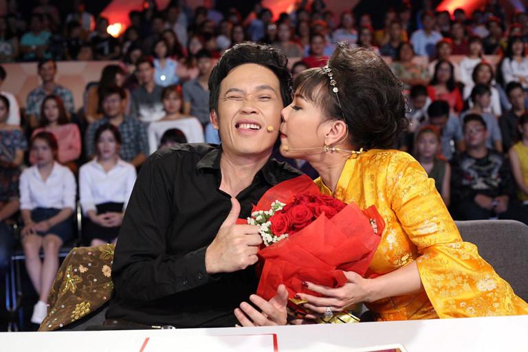 Nữ danh hài bị nhầm là vợ Hoài Linh có hôn nhân viên mãn, gọi chồng trẻ là giúp việc 1
