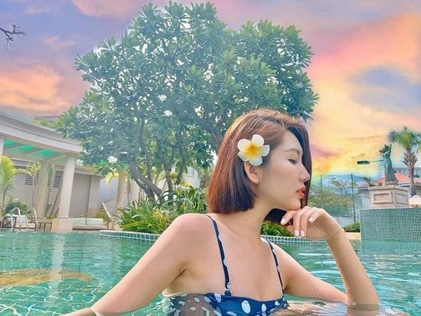 Bạn thân Nhã Phương thả dáng bên hồ bơi, khoe điểm 'hút hồn' trên cơ thể 5