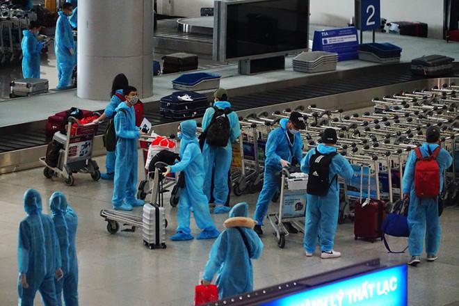 Đã có kết quả xét nghiệm Covid-19 của 322 hành khách đi chung chuyến bay với BN329 1
