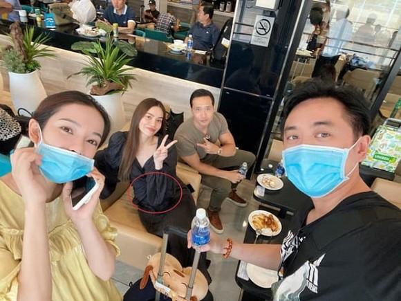 Hồ Ngọc Hà ngồi cạnh Kim Lý, cố che giấu vẫn lộ rõ bằng chứng mang thai 1
