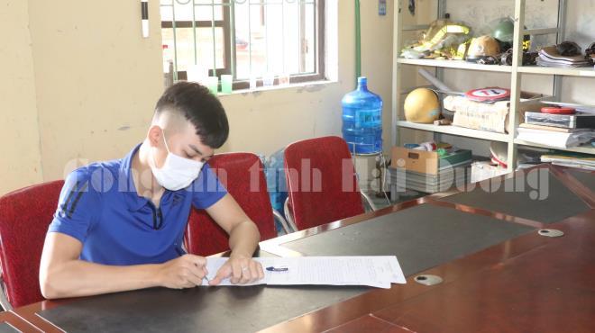 Nam thanh niên buông 2 tay, dùng 1 chân lái xe ở Hải Dương đã bị công an triệu tập, xử phạt 2