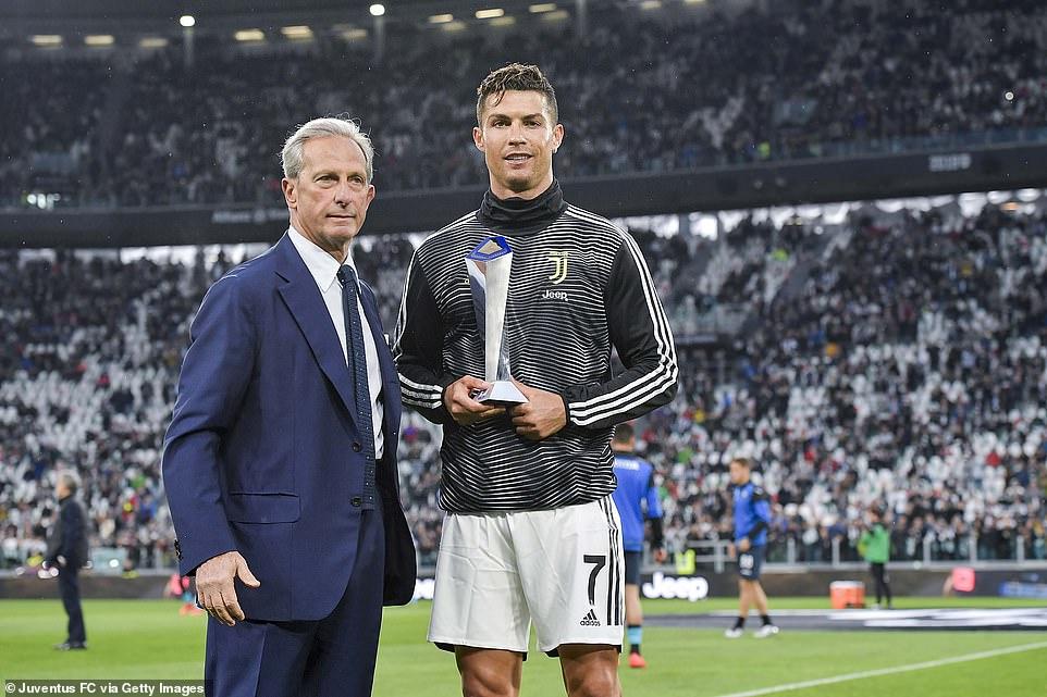 Ronaldo mang cả mẹ và bạn gái xuống sân trong ngày nhận chức vô địch Serie A 3