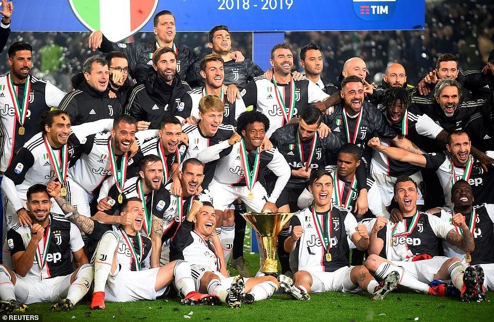 Ronaldo mang cả mẹ và bạn gái xuống sân trong ngày nhận chức vô địch Serie A 4