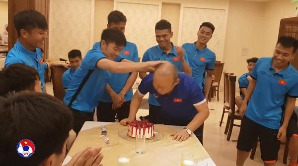 Hồng Duy bị đồng đội úp bánh vào mặt trong ngày sinh nhật trên tuyển Việt Nam  1