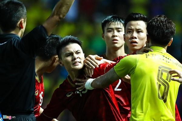 Quang Hải 'nổi điên' chỉ  thẳng mặt cầu thủ sút vào chỗ hiểm của Công Phượng  3