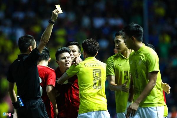 Quang Hải 'nổi điên' chỉ  thẳng mặt cầu thủ sút vào chỗ hiểm của Công Phượng  2