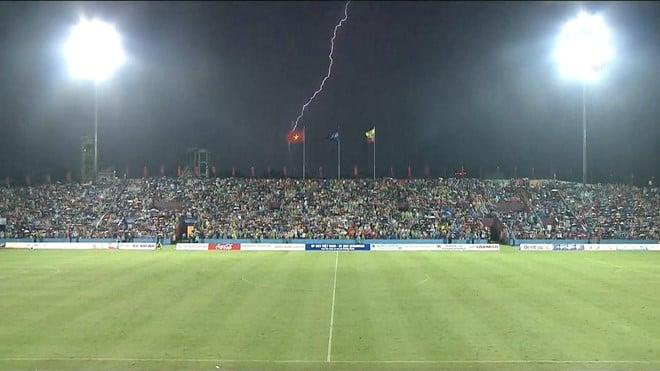 Thi đấu trong điều kiện thời tiết nguy hiểm, trận đấu của U23 Việt Nam suýt bị hoãn 1