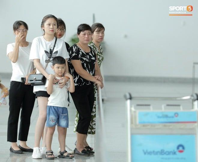 Nuốt nước mắt vào trong, mẹ Đình Trọng nghẹn ngào tiễn con trai đi phẫu thuật  2