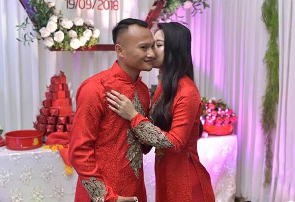 Tan chảy với đoạn clip tự đàn hát đầy tình cảm của Trọng Hoàng để chúc mừng sinh nhật vợ 1