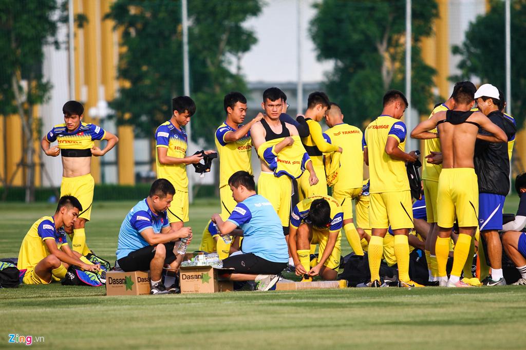Thấy học trò dứt điểm quá kém, HLV Park Hang Seo nổi trận lôi đình trên sân tập 1