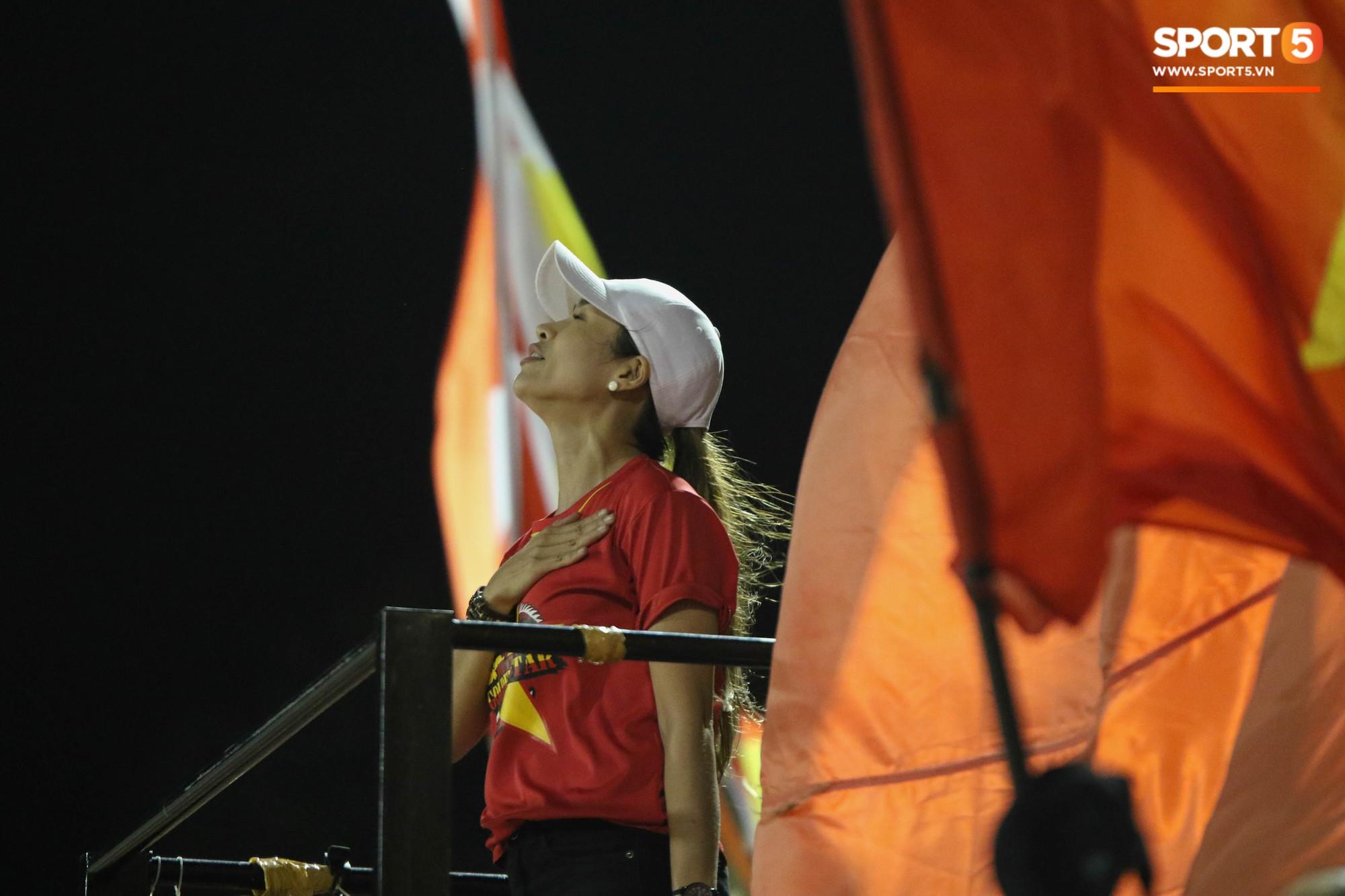 XÚC ĐỘNG: Thua đậm trước Australia, U18 Việt Nam vừa hát Quốc ca vừa khóc để cảm ơn NHM 4