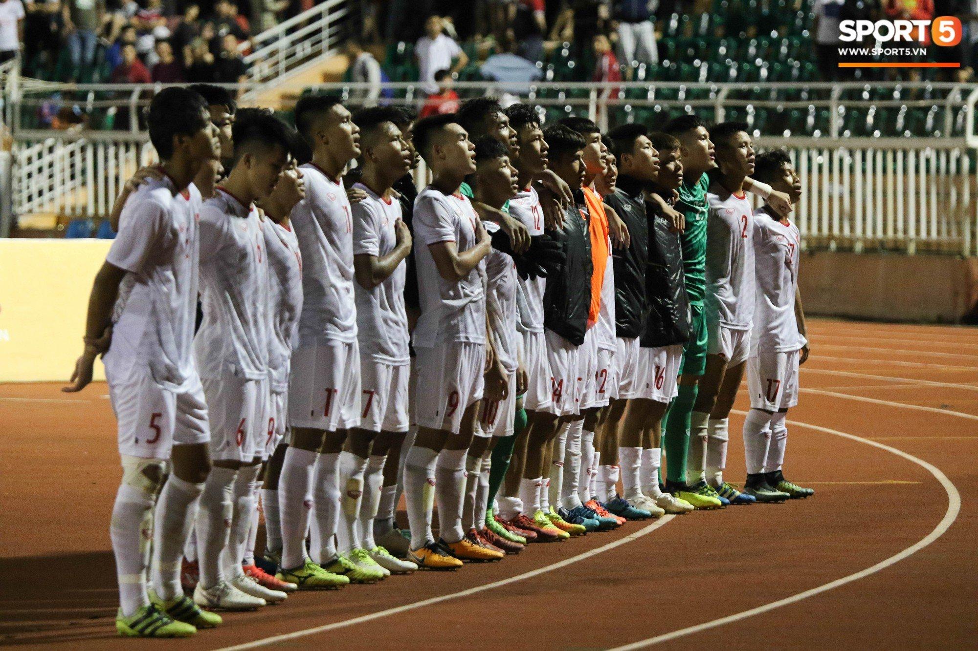 XÚC ĐỘNG: Thua đậm trước Australia, U18 Việt Nam vừa hát Quốc ca vừa khóc để cảm ơn NHM 3