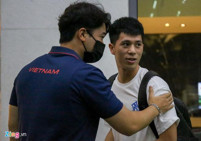 Toàn cảnh ĐT Việt Nam hội quân: Đặng Văn Lâm mệt mỏi, Văn Hậu mua quà lạ tặng đồng đội 8