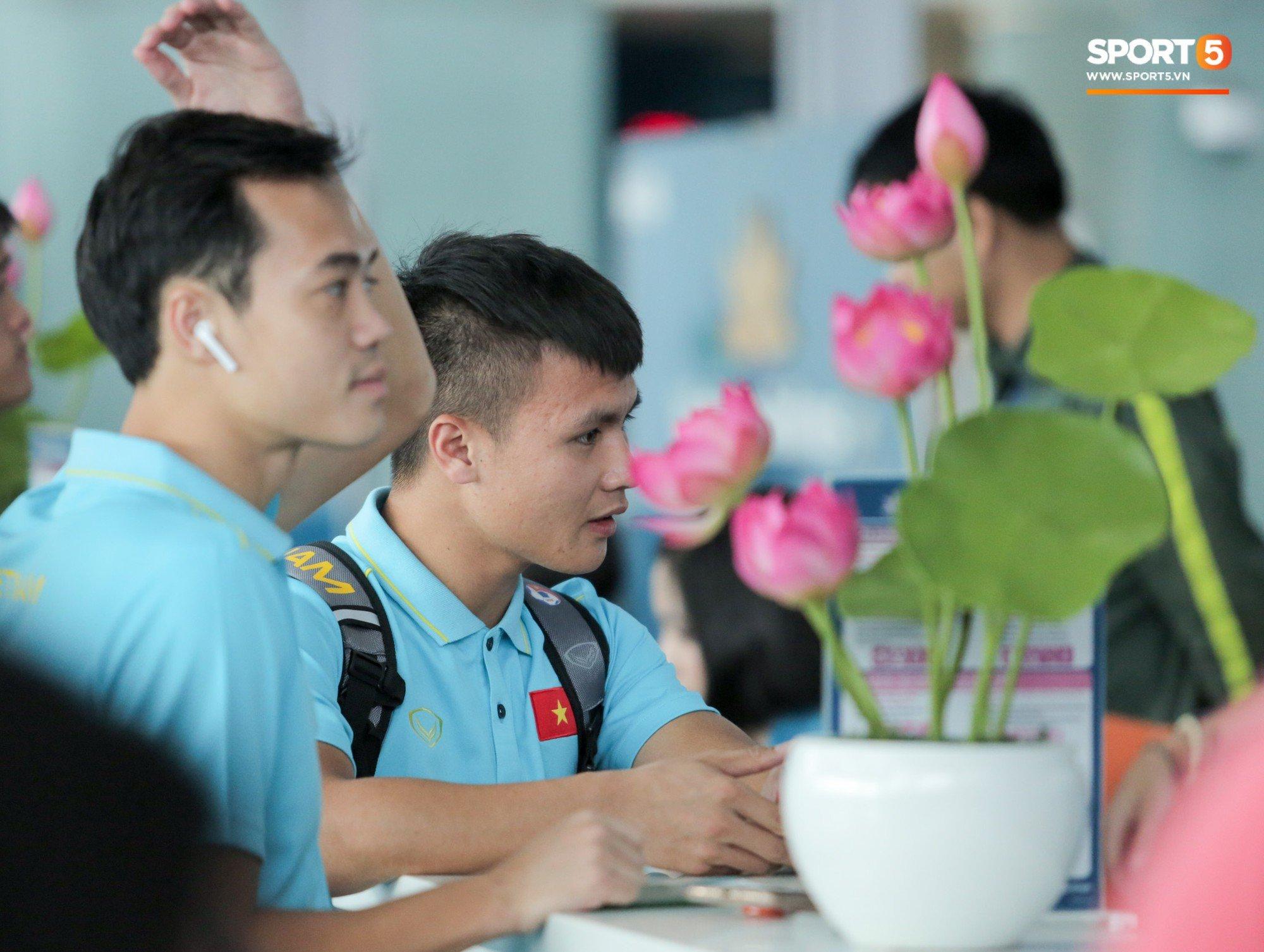 HLV Park Hang Seo loại 3 cầu thủ, ĐT Việt Nam hừng hực khí thế lên đường sang Thái Lan  8