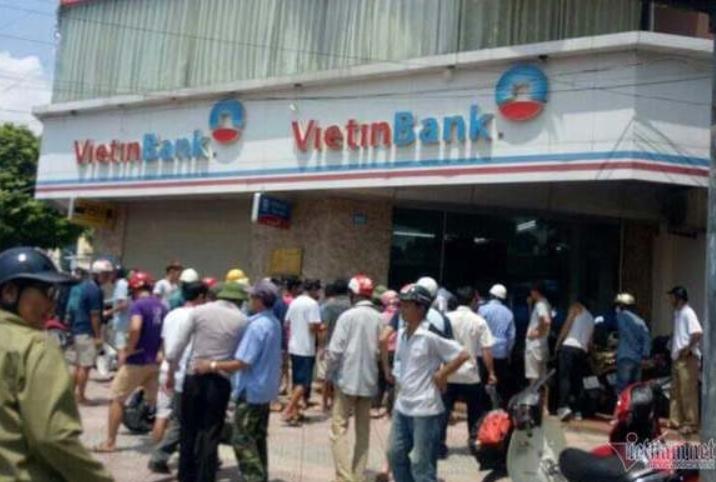 Tên cướp táo tợn xông vào cướp ngân hàng tại Hà Nội 1