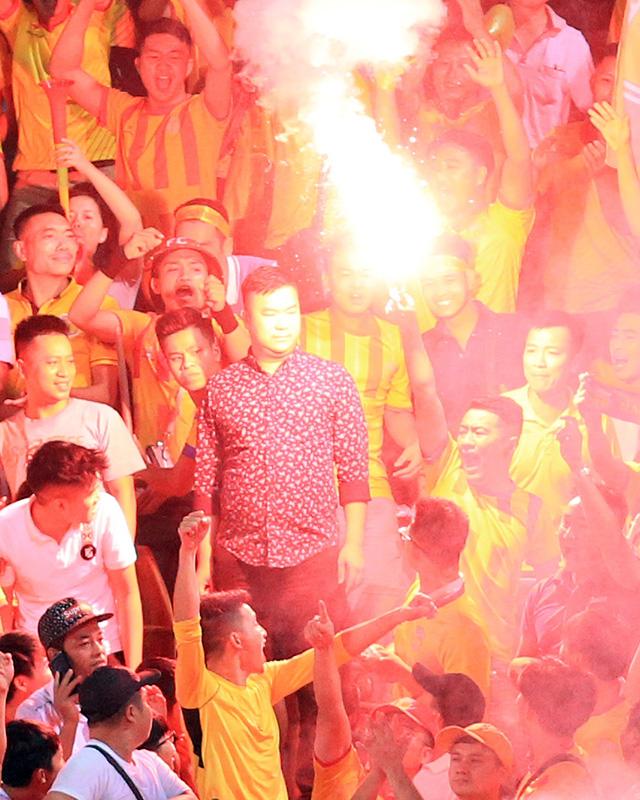 Chân dung CĐV Nam Định đốt pháo sáng tại SVĐ Hàng Đẫy 6