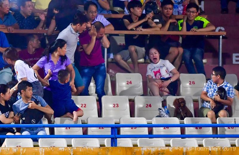 Truyền thông quốc tế bàng hoàng vì vụ CĐV Nam Định bắn pháo sáng khiến fan nữ nhập viện 1