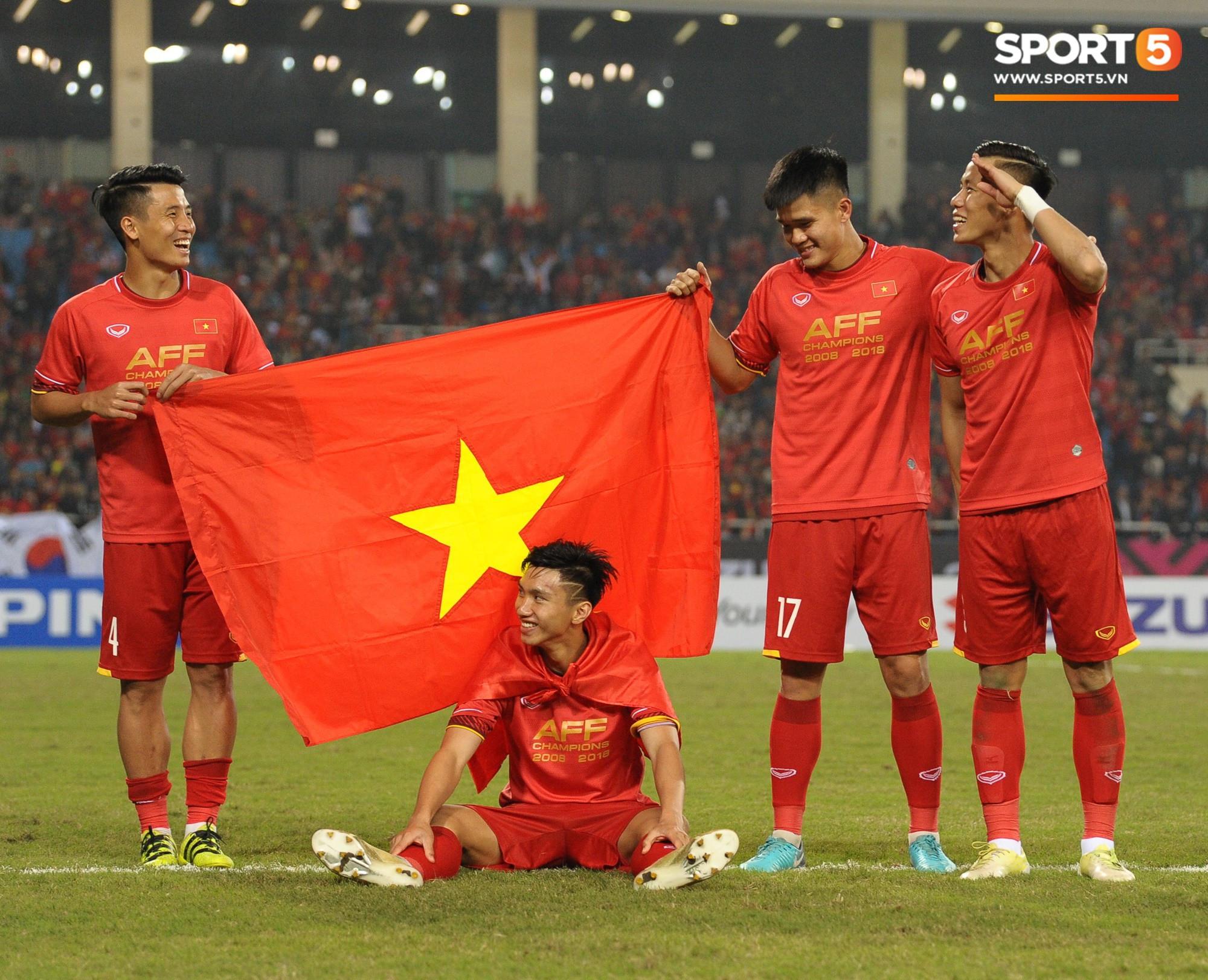 Bố mẹ Đoàn Văn Hậu không kìm nổi nước mắt khi tiễn con trai sang châu Âu thi đấu  1