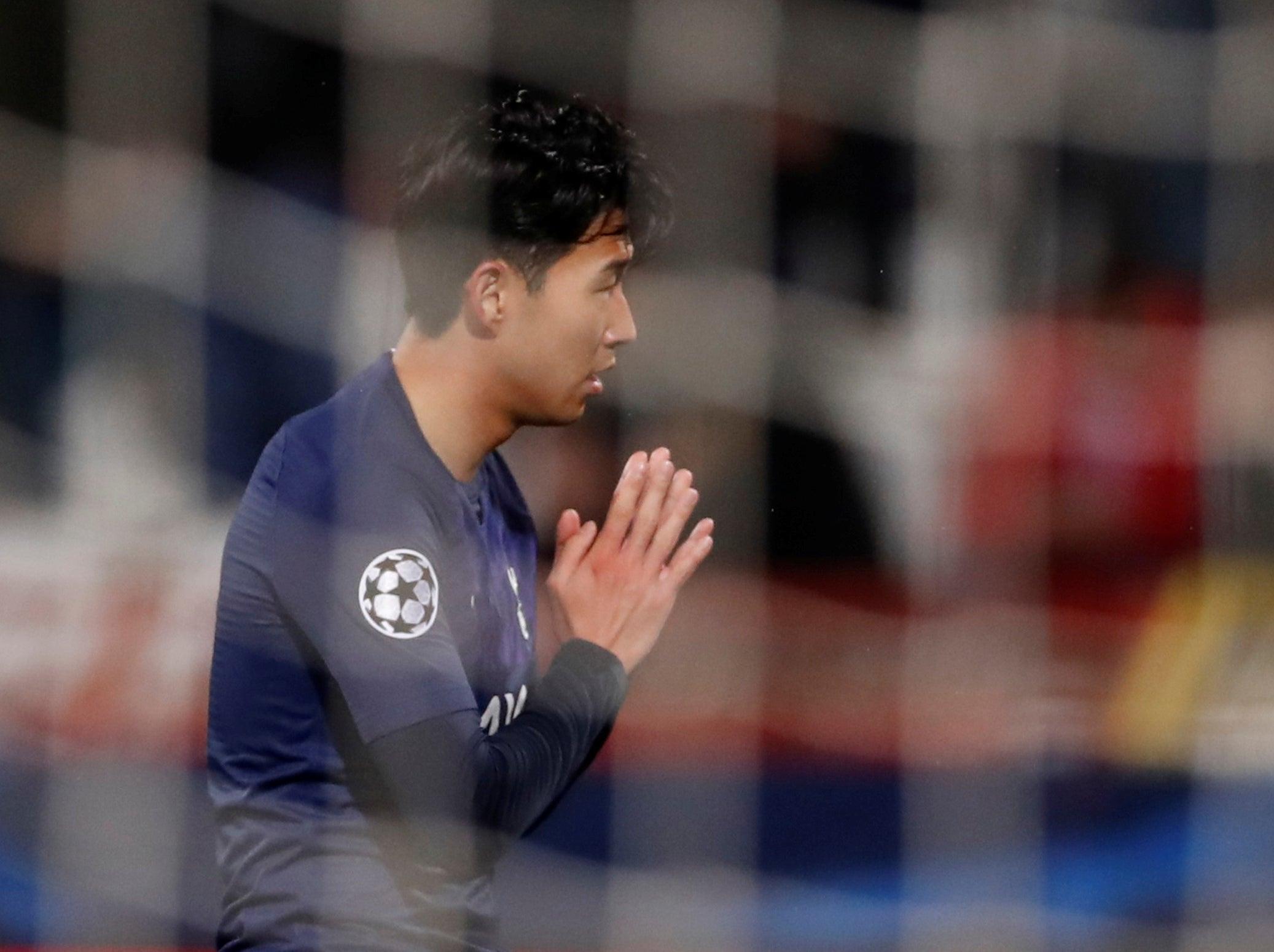Son Heung Min chắp tay xin lỗi Gomes sau bàn thắng tại Champions League  2