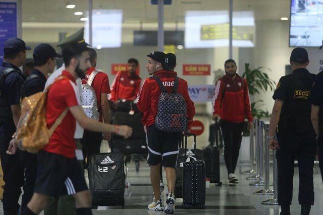 ĐT UAE đến Việt Nam lúc nửa đêm, chê sân bãi đội chủ nhà  2
