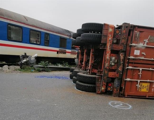 Hà Nội: Container cố băng qua đường bị tàu hỏa đâm gãy đôi 2