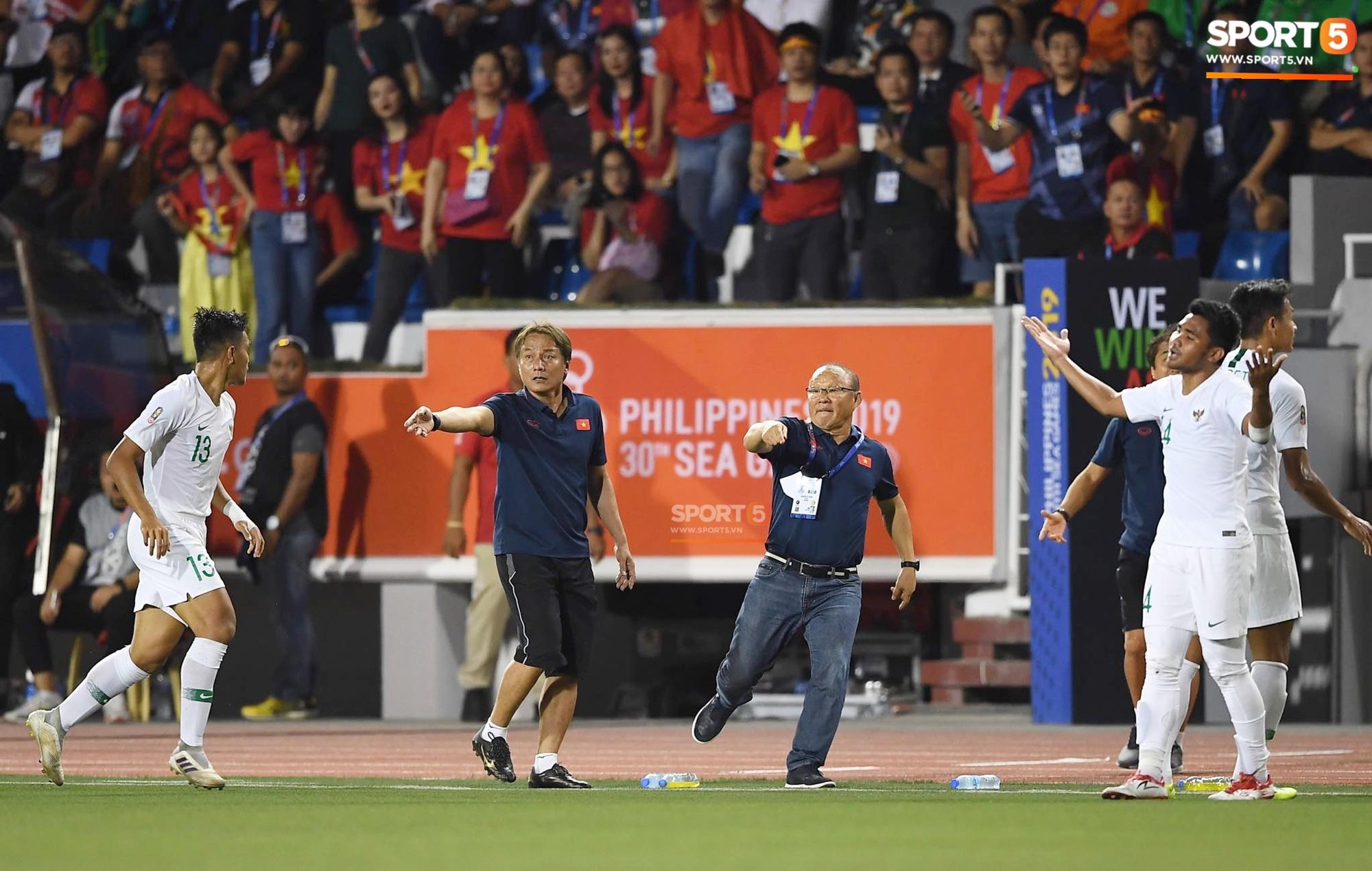 Học trò bị phạm lỗi nguy hiểm, HLV Park Hang Seo lao ra phản ứng rất gay gắt với trọng tài 4