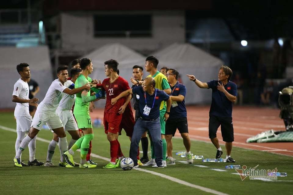 Học trò bị phạm lỗi nguy hiểm, HLV Park Hang Seo lao ra phản ứng rất gay gắt với trọng tài 2