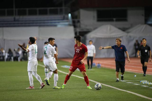 Học trò bị phạm lỗi nguy hiểm, HLV Park Hang Seo lao ra phản ứng rất gay gắt với trọng tài 1