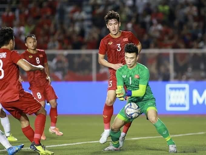 Bùi Tiến Dũng được đồng đội động viên trong suốt trận đấu của U22 Việt Nam  2