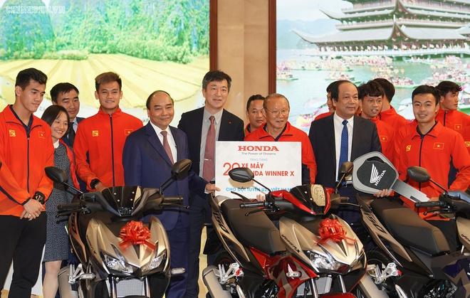 Diện kiến Thủ tướng, mỗi nữ tuyển thủ được tặng thưởng một chiếc xe máy  3