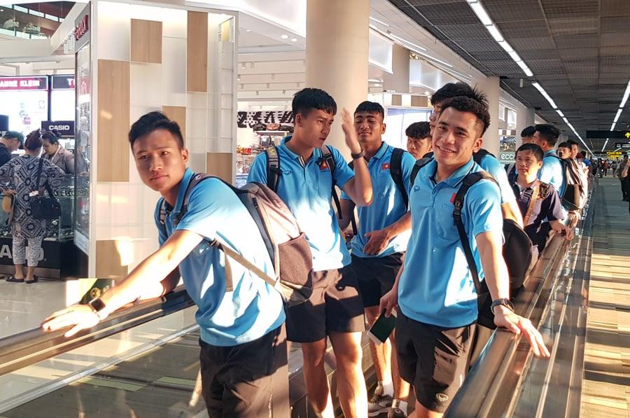 U23 Việt Nam đến Buriram, CĐV Thái Lan chào đón bằng biểu ngữ tiếng Việt  5