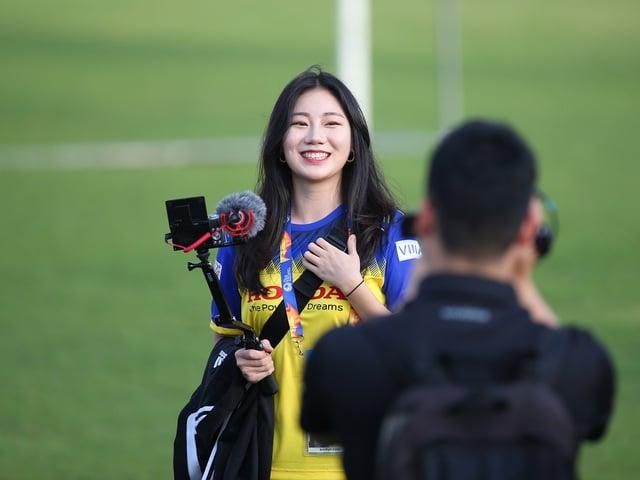Diện trang phục ấn tượng, nữ phóng viên Hàn Quốc gây náo loạn buổi tập của U23 Việt Nam 3