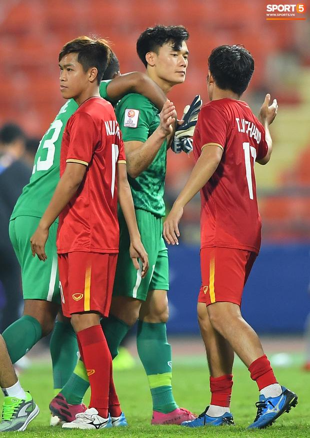 Bùi Tiến Dũng được đồng đội động viên sau sai lầm dẫn đến bàn thua  3
