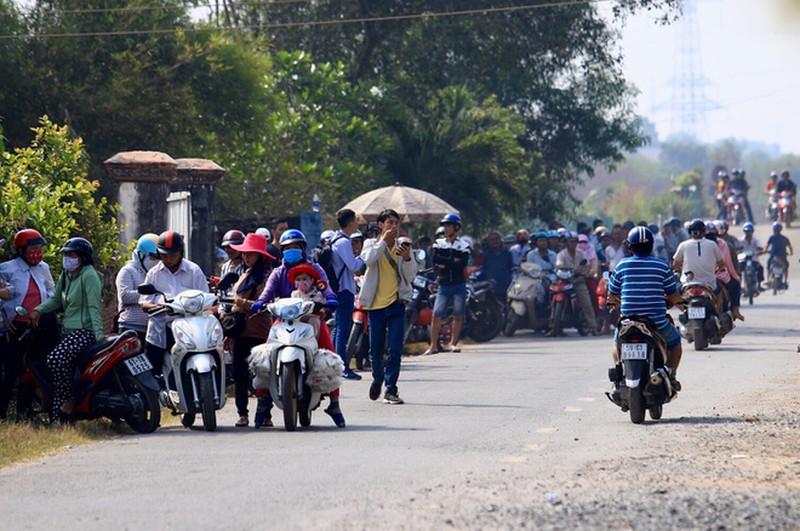 Hàng quán mọc lên phục vụ người dân theo dõi vây bắt Tuấn 'khỉ', lời lãi cả triệu đồng 1