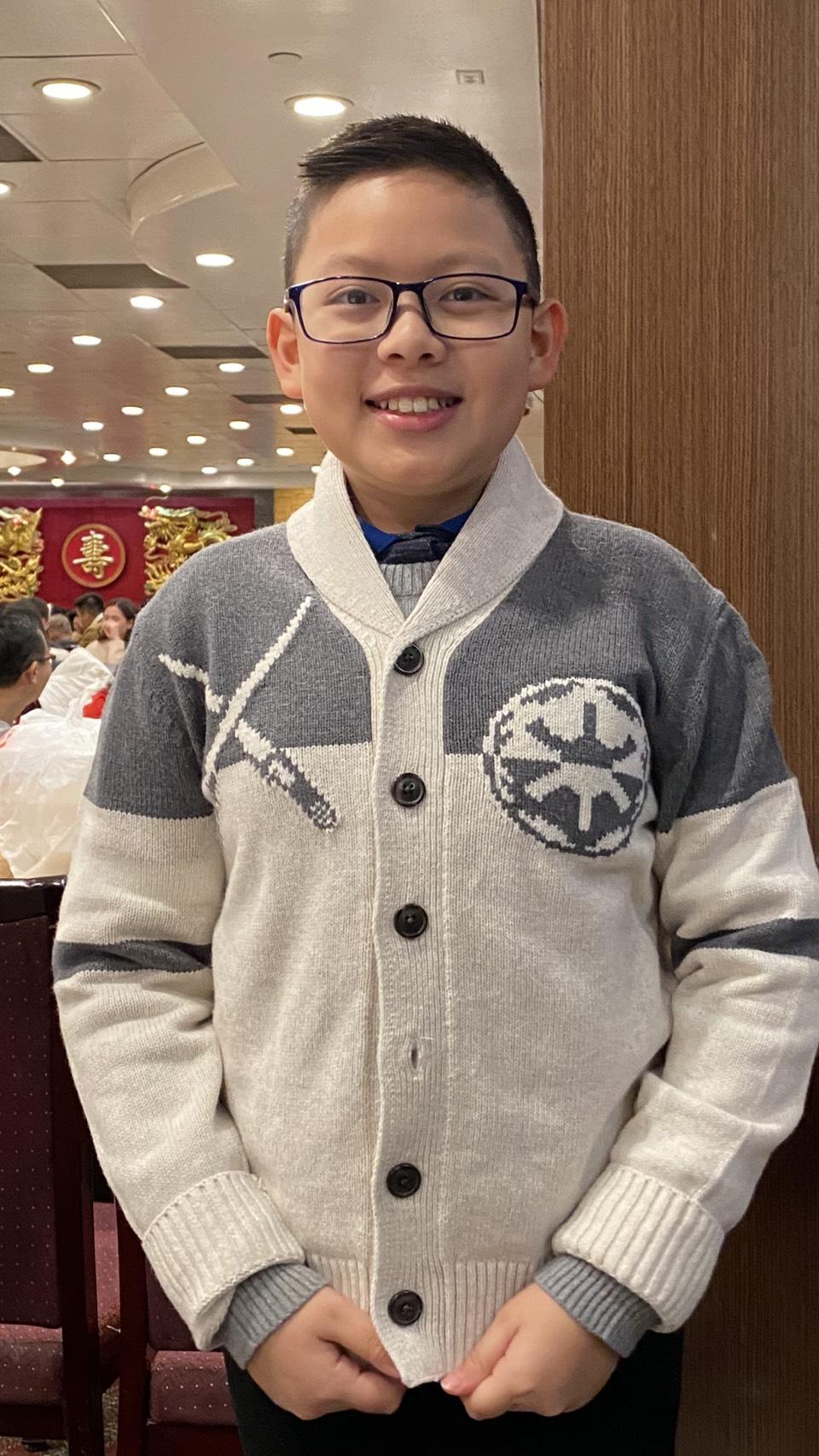 Cậu bé dành hết 10 triệu đồng tiền lì xì để mua khẩu trang tặng miễn phí cho người dân  4