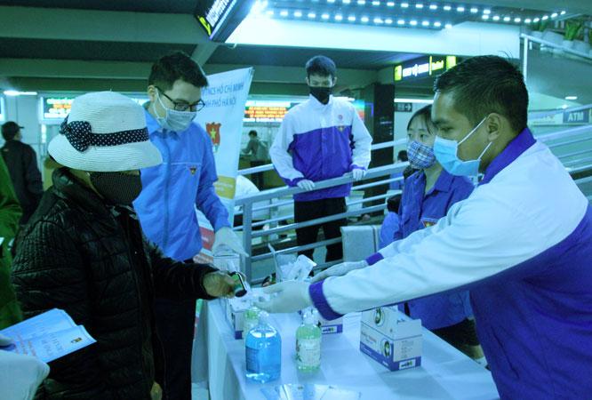 Phát khẩu trang và dung dịch rửa tay sát khuẩn cho người dân 5