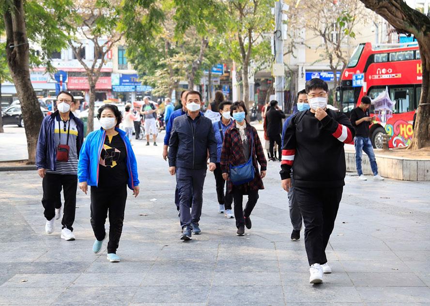 Du khách đeo khẩu trang tại nơi công cộng: Chủ động và hợp tác 1