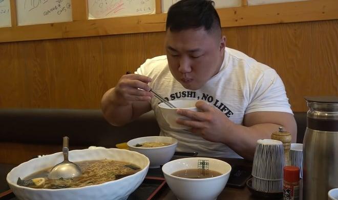 VĐV Hàn Quốc gây choáng với bắp tay dị dạng, to hơn cả vòng eo của Ngọc Trinh 3