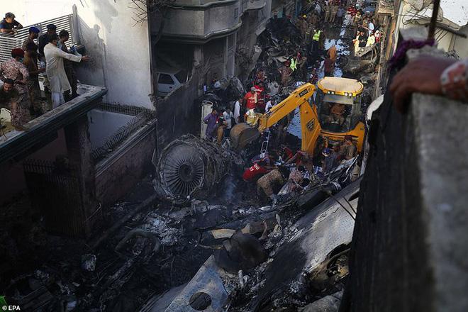 Chủ tịch ngân hàng sống sót thần kỳ sau vụ rơi máy bay tại Pakistan 1