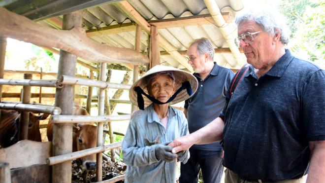 Ông Tây qua Việt Nam học chăn trâu bò, giúp dân: Được kết nạp vào hội phụ nữ 2