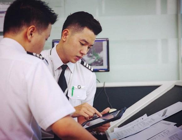 'Cơ trưởng đẹp trai nhất Việt Nam' hé lộ phí học tập và thu nhập khủng của nghề phi công 8