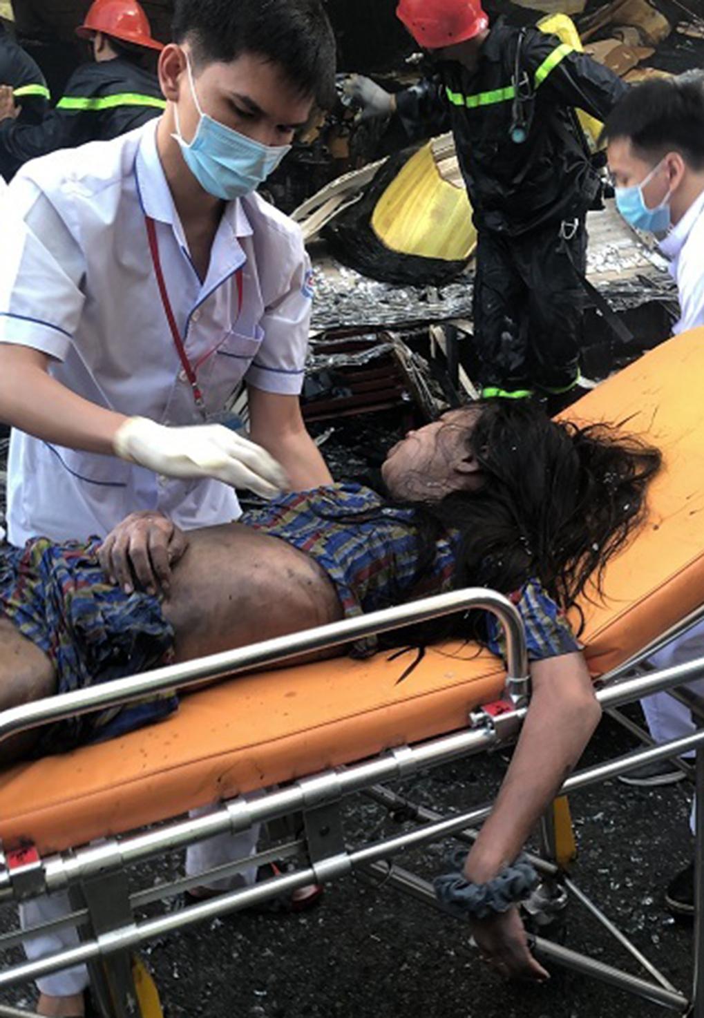 Giải cứu thành công 7 người mắc kẹt trong đám cháy lớn tại TP.HCM 3