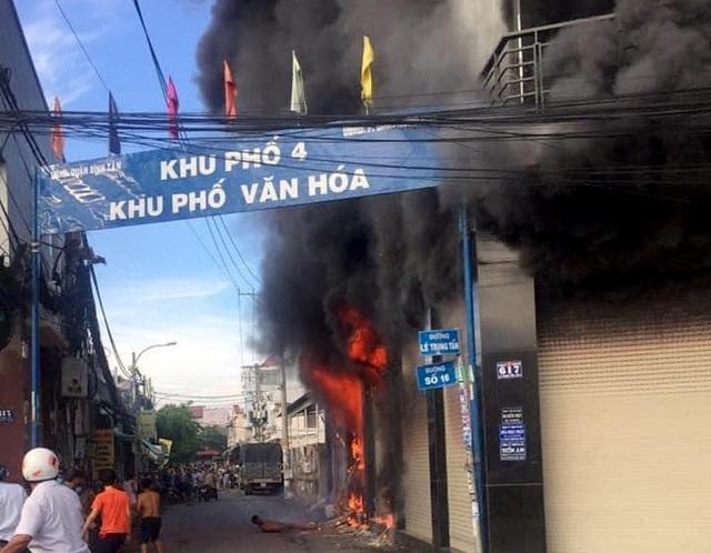 Giải cứu thành công 7 người mắc kẹt trong đám cháy lớn tại TP.HCM 1