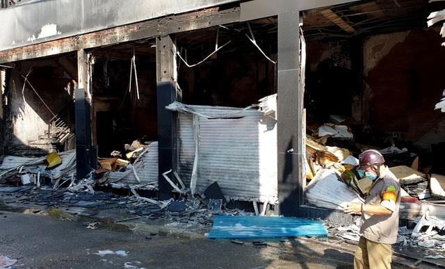 Giải cứu thành công 7 người mắc kẹt trong đám cháy lớn tại TP.HCM 4