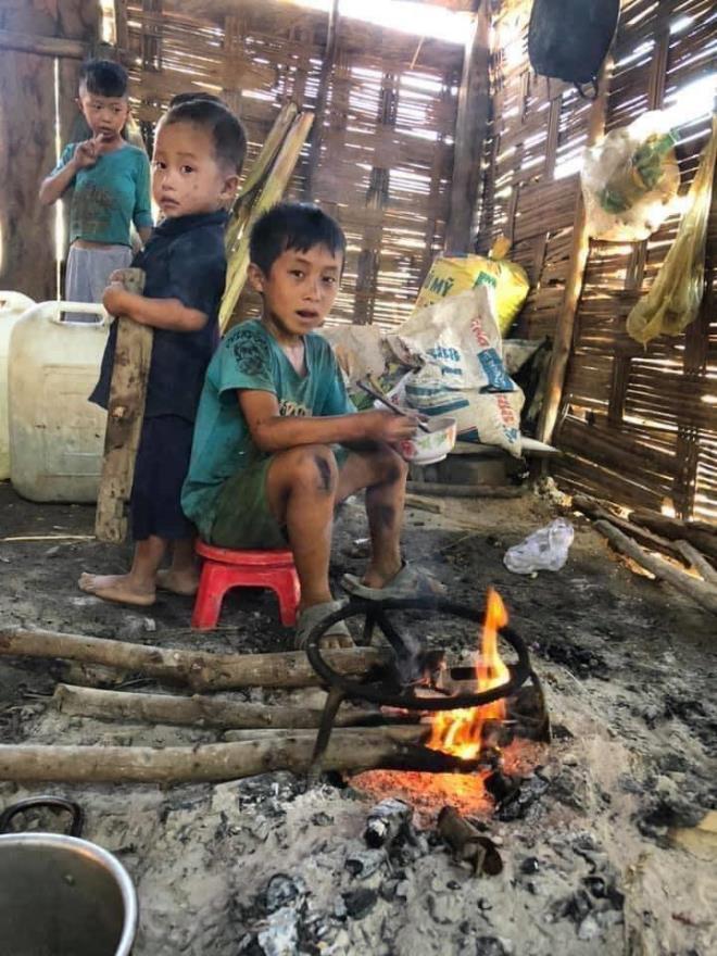Xót xa hình ảnh 4 đứa bé nhem nhuốc, ăn cơm nguội với ve sầu tại Đăk Lăk  3